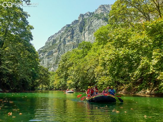 Tempi, Hellas: Rafting and Canoe in Pineios river in Tempe, Thessaly!  Looking for alternative activities to add to your holidays program in Greece? You like river activities but also swimming in the Greek seas?  Check out two of the most popular Greek Adventure's activities: Rafting and/or Canoe at the Pineios river in Thessaly!  More info: https://bit.ly/33x8pkx  #rafting #archery #canoe #swimming #thessaly #olympus #pineios #tempe #visitgreece #exploregreece #holidaysingreece #greekvacation