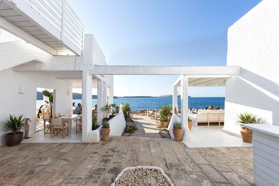 Playas de Fornells, España: Entrada a las terrazas  exteriores