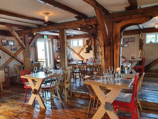 Inne på restauranten, nydelige og historiske lokaler.