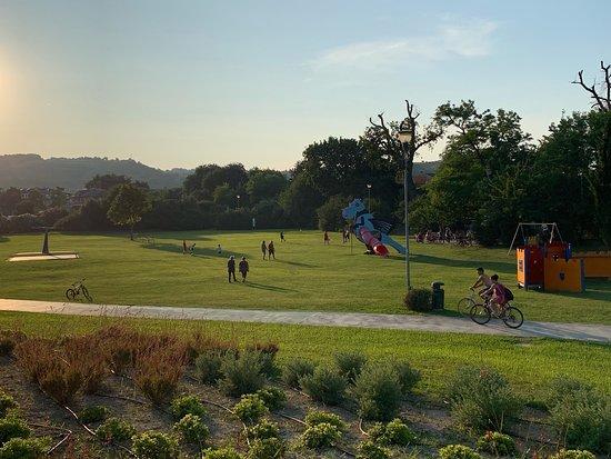 A Marina di Altidona potete godervi il meraviglioso Parco dei Due ponti. Un ampio spazio verde, libero con piste ciclabili e giochi.