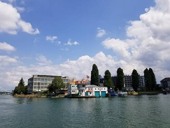 הונינגה, צרפת: スイスからドイツを望む(手前の港湾施設はスイス・後ろはドイツのビル)