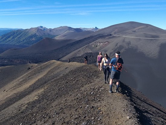 Lonquimay, شيلي: Trekking interpretativo cráter navidad. Realizarás una caminara por las faldas del volcán Lonquimay hasta llegar a su cráter parásito. En el camino aprenderás acerca de la geomorfología del lugar, además de identificar individuos de flora y fauna residentes.