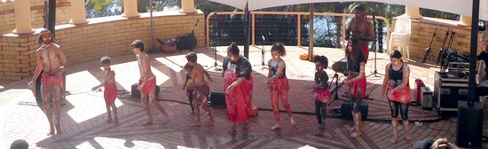 Cooroy, Úc: Festival of the Water & wonderful indig group performing