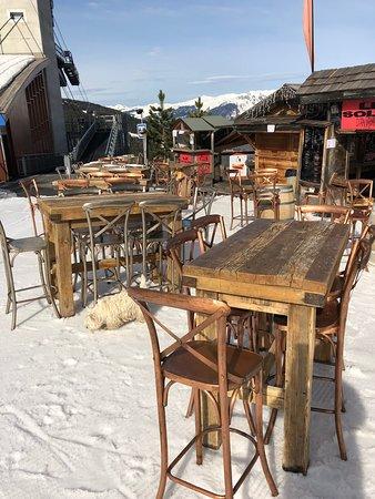 Des photos de notre affaire prisent en été comme en hiver ,le restaurant Le solan d Aniathazze et situé À l'arrivée de la remontée mécanique le Vanoise express
