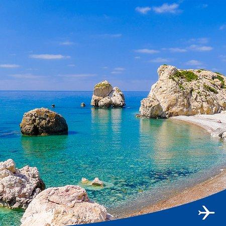 Distretto di Larnaca, Cipro: Солнечный остров Кипр богат не только живописной природой вообще, но и красочными местами, овеянными древними мифами. Среди них можно выделить Петра-ту-Ромиу - пляж Афродиты. Существует поверье, что именно здесь богиня красоты и любви вышла из морской пены. Согласно легенде, чтобы обрести красоту и вернуть молодость, нужно несколько раз проплыть вокруг камня Афродиты. Сюда легко добраться из Ларнаки, куда Аэрофлот ежедневно выполняет три регулярных рейса. #ИдеиДляПутешествия