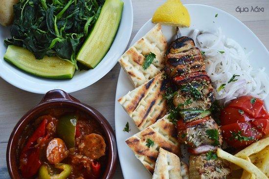 "Neapolis, اليونان: ♨ Σουβλάκι ψαρονέφρι  🇬🇧Pork tenderloin Suvlaki  🇮🇹 Suvlaki filetto  ♨ Σπεντζοφάι  🇬🇧 ''Spentzofaι"""
