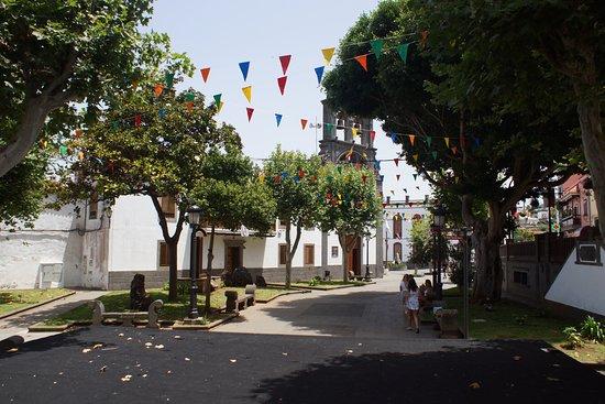 Paseo de Canarias: pleintje voor de kerk