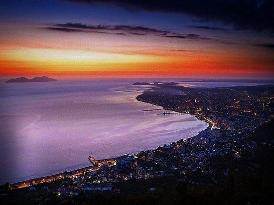 Albania: Ночь удивительное время, именно ночью ты можешь вдоволь помечтать о будущем, включить любимый фильм, наслаждаться чтением и много всего другого. Но, по-моему, лучше всего - это выйти на балкон с кружечкой чая и смотреть на ночную Албанию. НО здесь нужно быть осторожным, ведь можно влюбиться 💙❤