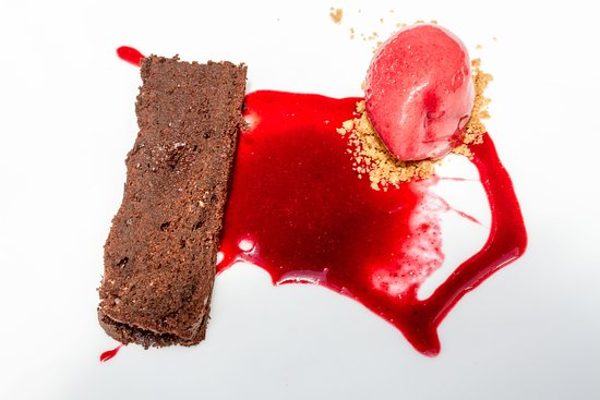 Els Garrofers: Brownie con caramelo de frutos secos, coulise de frutos rojos y helado de fresa