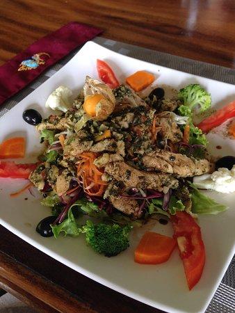 Kalaluna Bistro': Salad with chicken
