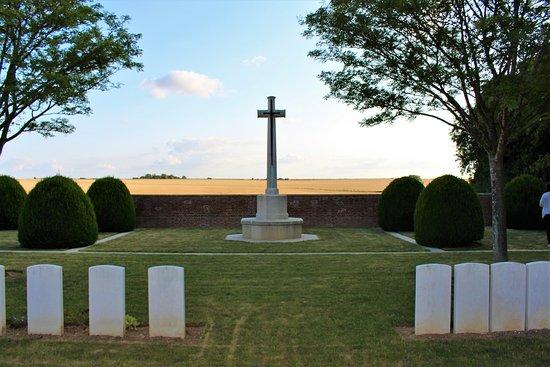 Hangard Wood British cemetery: vista de la cruz de sacrificio con los campos de labor detras de ella