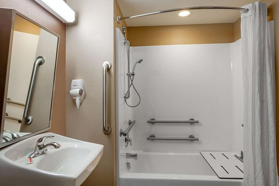 Microtel Inn & Suites by Wyndham Columbia/At Fort Jackson: Guest room bath