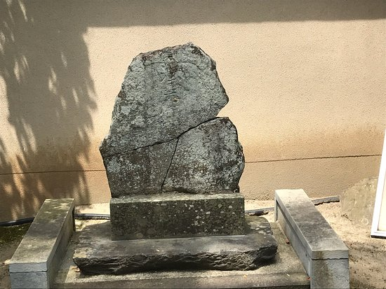 The Tomb of Kakuman-zenji and A Lucky Stone Uesd to Exinguish A Fire at Kinzan Temple