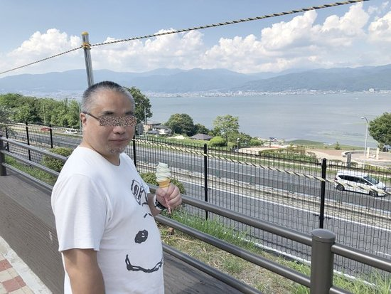 フードコートで買ったソフトクリームを食べながら諏訪湖を眺めました。