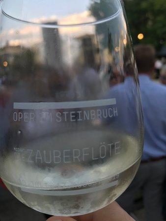 ワイン4ユーロで、追加でデポジット2ユーロ必要です。グラスを返せば、2ユーロ返してもらえます。