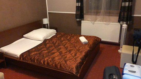 Das Zimmer mit dem Doppelbett (für 1 Person genutzt).