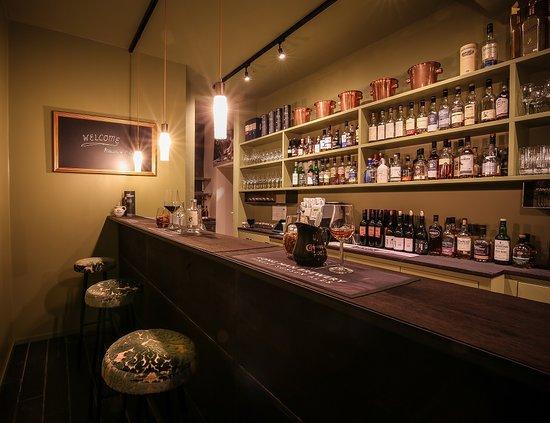 Einen Drink an der Bar? Whisky, Gin, Bier, Wein ... Gerne auch was zu essen.