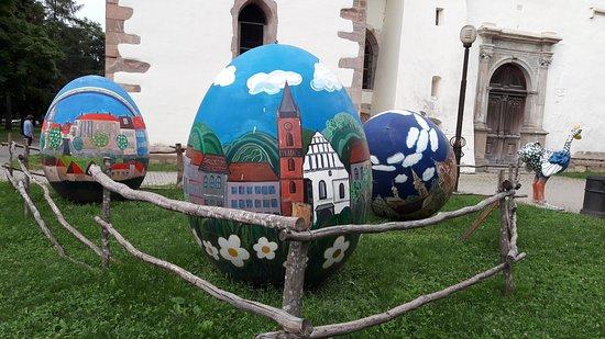 Exposição temporária alusiva aos ovos pintados.
