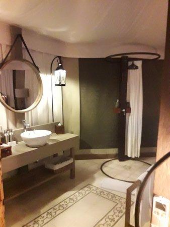 la douche est dans la chambre avec juste un rideau !