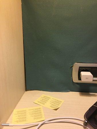 Le mur à côté du lit papier peint décoller