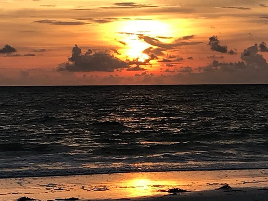 Parrot Beach Cottages: Clouds add backdrop for Sunset