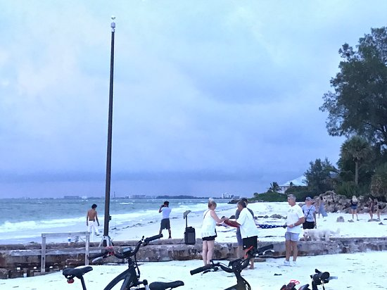 Parrot Beach Cottages: Patriot Point, nightly glad lowering ceremony at Sunset