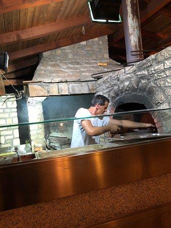 Pizzaiolo all'opera.... bravo!  Molto buone le pizze!!!