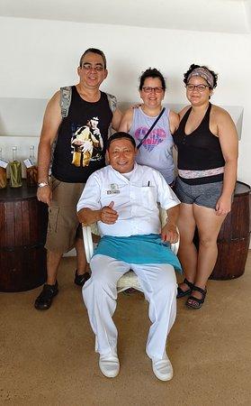 Junto a Jose Cocom, atencion de excelencia en Restaurante Pina Colada