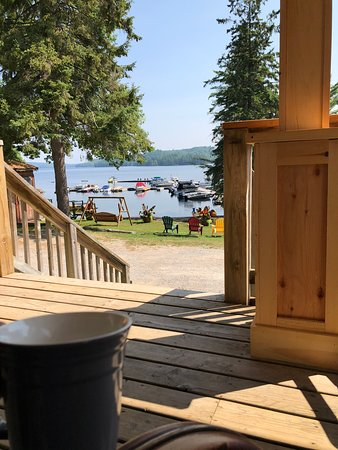 Algonquin Highlands, Canadá: Coffee on the deck at Little Hawk Resort