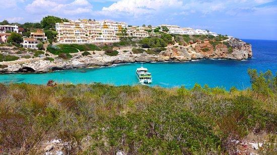 Cala Mandia, Tây Ban Nha: Вид на отель со стороны