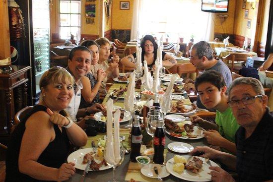 Lonquimay, شيلي: Grupo familiar almorzando en el Restaurante de Santiago