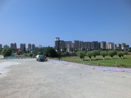Han Chang'an Cheng: 遠方に西安のマンション群がそびえます。