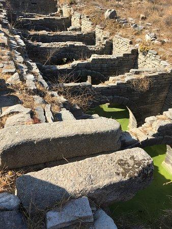 Delos Tour: OLD aqueduct