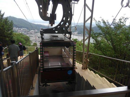 千光寺山ロープウェイのゴンドラです。 座席は2人掛けが2箇所です。
