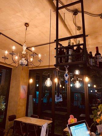 Juans Pub & Bar: 후안즈만의 특색있는 샹들리에 조명