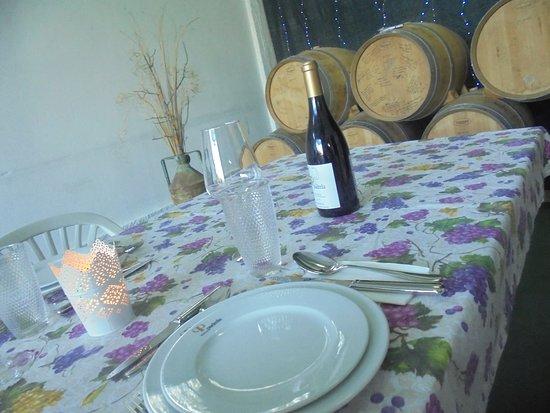 Quinta da Padrela: la belle tablée,    avec une bouteille produite par Pédro