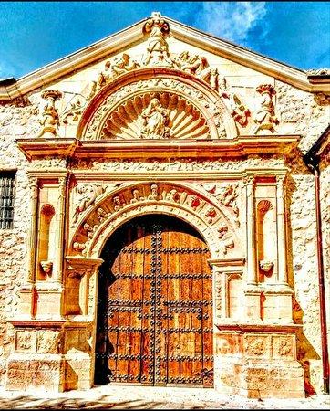 Corral de Almaguer, Spania: Pórtico principal iglesia Parroquial