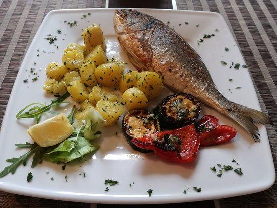 Gasthaus Geronimo: Goldbrasse vom Grill mit Gegrillte Gemüse und Petersillien Kartoffeln :)