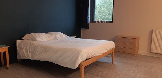 Une des chambres doubles, avec vue pleine nature.
