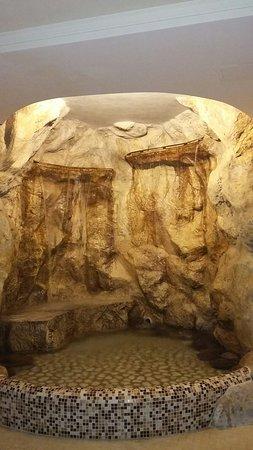 Grotta con cascata di acqua