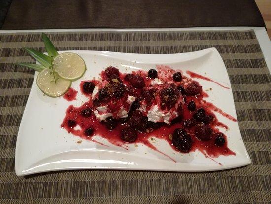 Ebenthal, Oostenrijk: Yoghurtcreme mit Waldfruchten und karamellisierten walnüssen :)