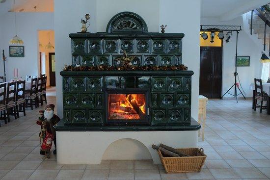 Restaurant Pensiunea Sibiel: Fireplace in the restaurant