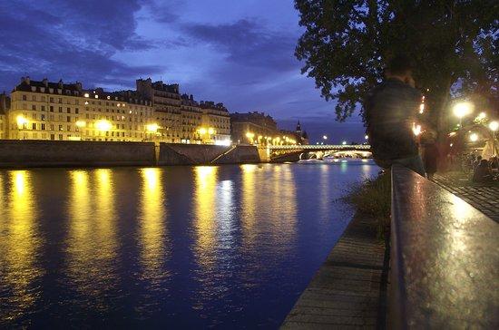 Cruzeiro panorâmico no Rio Sena em Paris: przystanek Hotel de Ville