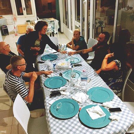 La cena in compagnia dei titolari e di altri ospiti