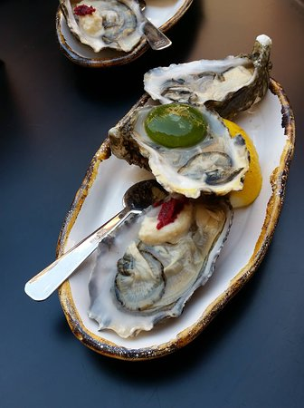 Plate of set of 3 oysters.