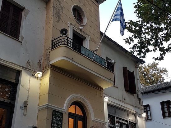 Agios Lavrentios, Griekenland: Πρόκειται για ένα διαμάντι! Ο Δημήτρης και οι Θεανώ με το μεράκι και την αγάπη τους σε αυτό που κάνουν ,είναι παράδειγμα προς μίμηση. Οι λέξεις δεν μπορούν να περιγράψουν ότι βιώνεις στην Ηλιόπετρα. Σεβασμός και ειλικρινές ενδιαφέρον στον επισκέπτη που γίνεται φίλος . Πρέπει να ζήσεις στους χώρους του ξενώνα,να ταξιδέψει το βλέμμα από τις όμορφιες γωνιές του κήπου. Πρωινό που δεν βρίσκεις πουθενά!Καθημέρινά διαφορετικό με πολλες εκπλήξεις. Μεζέδες και ρακί του φίλου Δημήτρη ασύγκριτοι. Μπράβο !