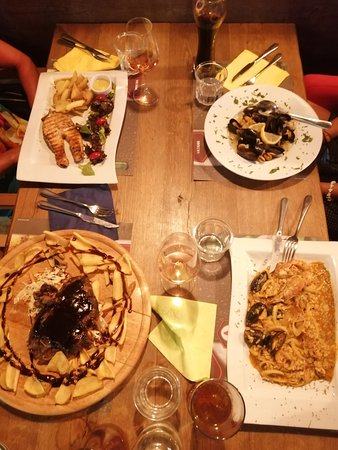 Vatania Taverna Meze Bar: In photo. Seafood ligouini, salmon grilled, steam mussels and spare ribs BBQ