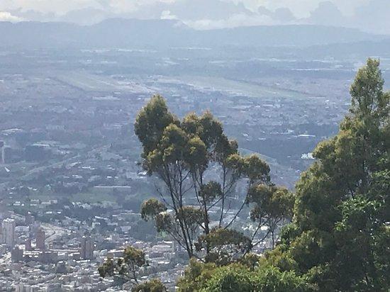 Vista do topo com aeroporto El Dorado ao fundo
