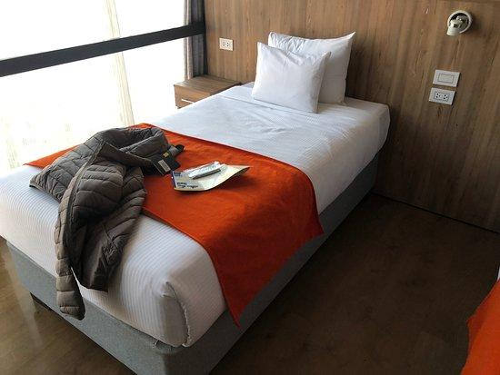 Polo Corporativo Cusco: Para el precio del hotel, el servicio y la calidad fueron excelentes. Cuentan con servicio de internet de alta velocidad, la tarifa que elegimos incluye desayuno, en algunas ocasiones dan huevos. Las habitaciones son amplias, la segunda ocasión que lo visité me dieron una buena habitación la 905 por lo que sugiero que la pidan. Está alejado del centro, ventaja a no estar con mucho ruido. Frente del lugar hay un confit grande el cual es símbolo de Peru, por lo que es bueno una foto en ese lugar