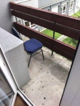 balkon, nawet płytek nie chciało się zamontować, przez kilka dni spotkał mnie paździerz, brud i niechlujstwo podlane sosem z czasów wczesnego Gierka. Byłem pewny że takie miejsca już nie istnieją - życie lubi zaskakiwać...